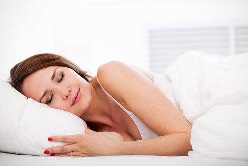 Kvinde sover smilende