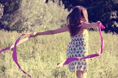 En lille pige med et silkebånd