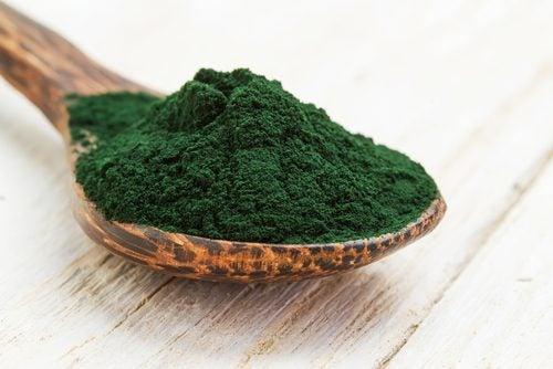 Ske med grønt pulver.