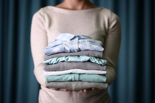 Kvinde står med sammenfoldet tøj