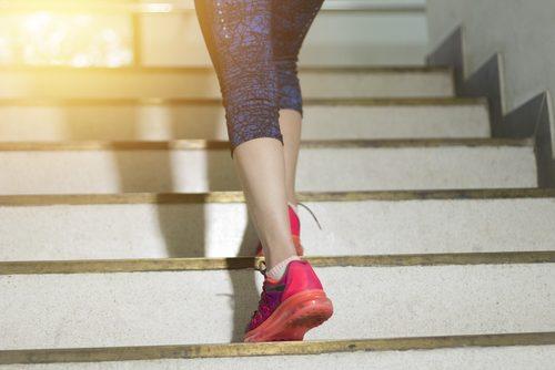 Kvinde der tager trapperne