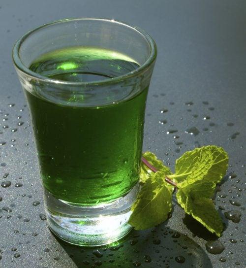Glas med groent vand