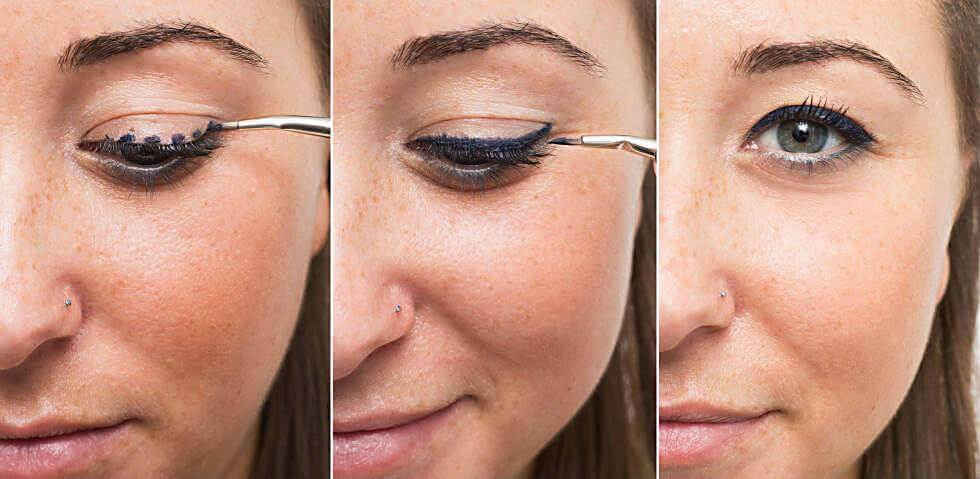 Kvinde laegger eyeliner