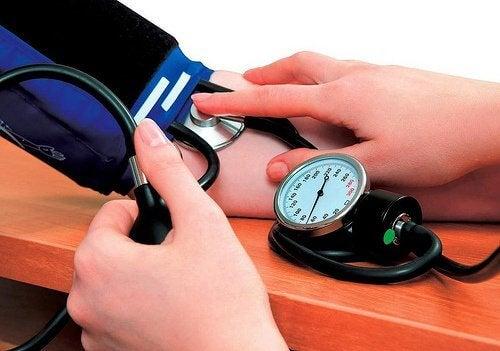 7 naturlige midler til at reducere forhøjet blodtryk