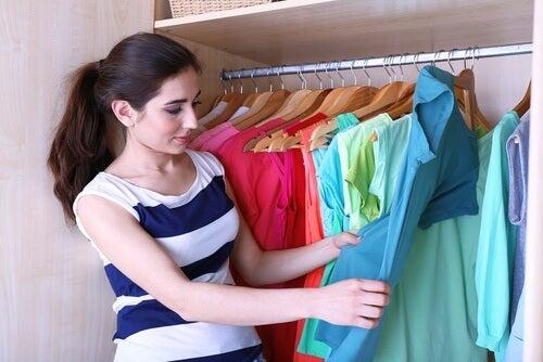 5 tricks til at lægge tøj sammen og have mere plads i din garderobe