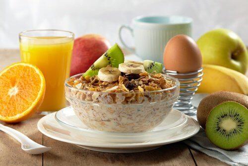Lækker morgenmad med frugt