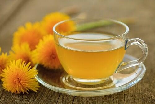 morgenfruer og te i en kop