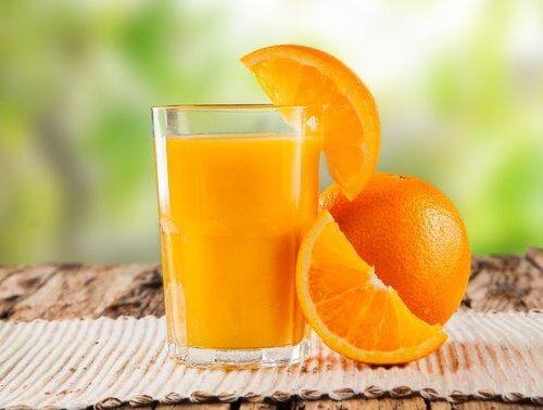 Appelsinsaft i glas - rens din tyktarm