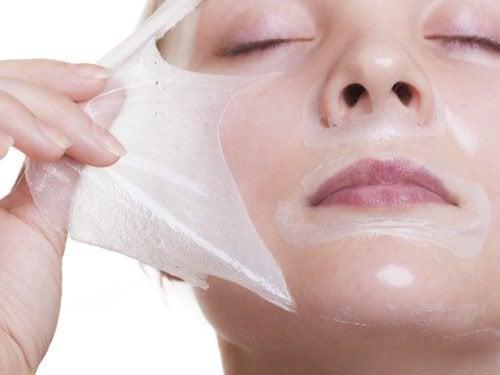 kvinde trækker maske af sit ansigt