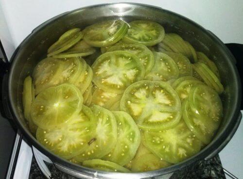 Grønne tomater i gryde.