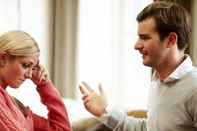 Mand og kvinde taler sammen.