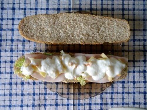 Brød med skinke og salat