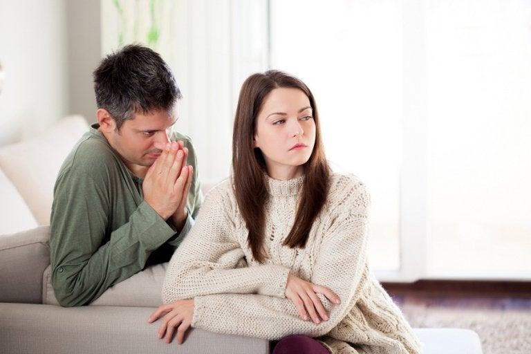 Mand soeger tilgivelse hos sin partner