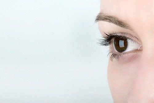 Kvindes øje tæt på