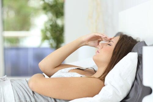 Kvinde har hovedpine