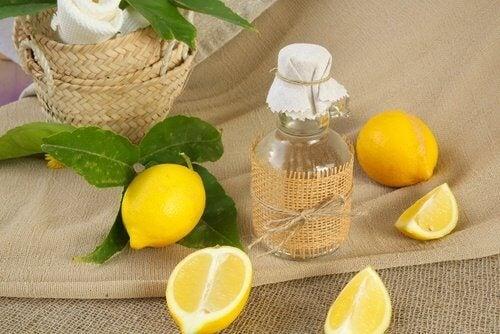 Citron mod gule pletter på hvidt tøj