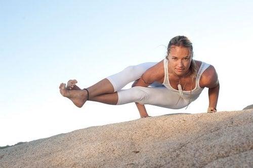 Kvinde der er i yoga stilling
