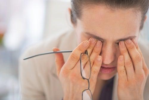 Kvinde gnubber sine øjne