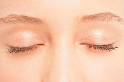 Hvordan du tilbereder en hjemmelavet øjenlågs opstrammende creme