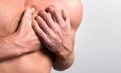 Person med smerter i brystet