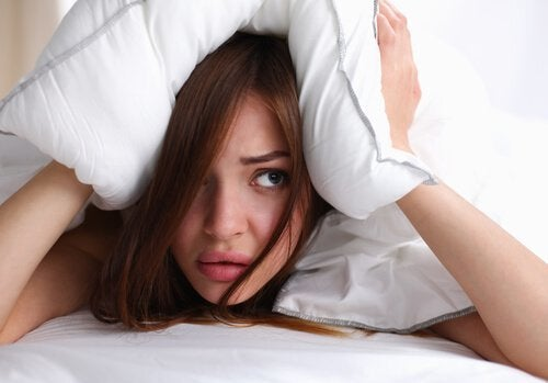 Vådt hår i sengen