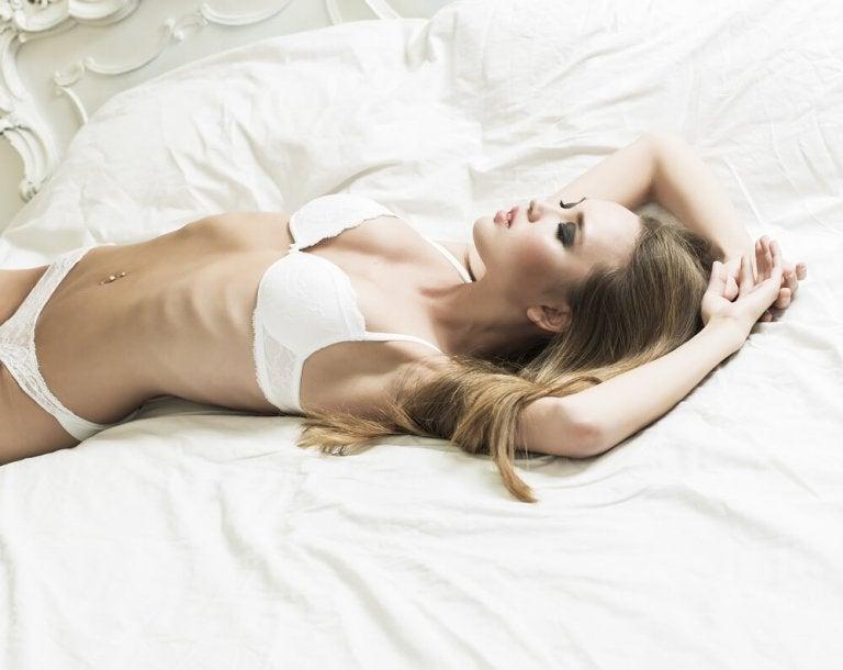 Kvinde der ligger i sit undertoej
