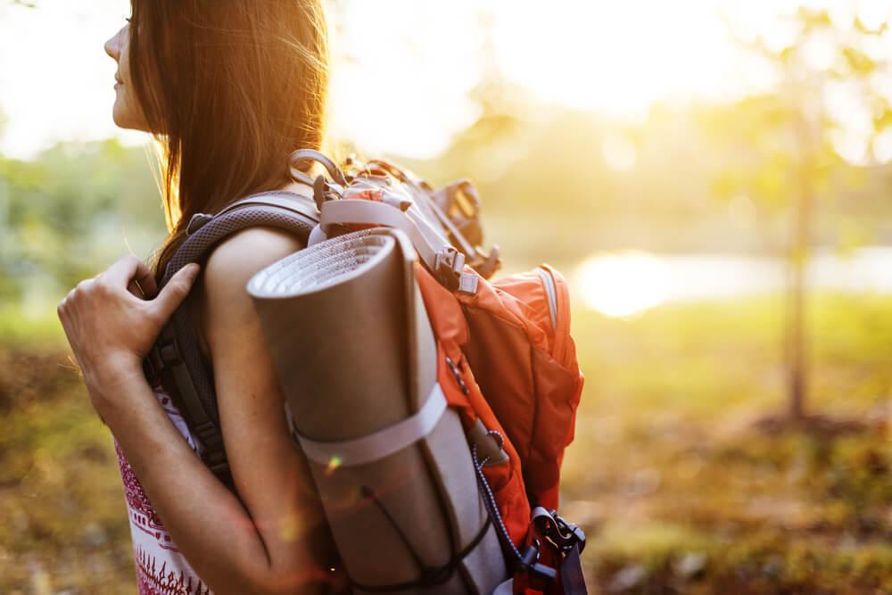 Kvinde med rygsæk