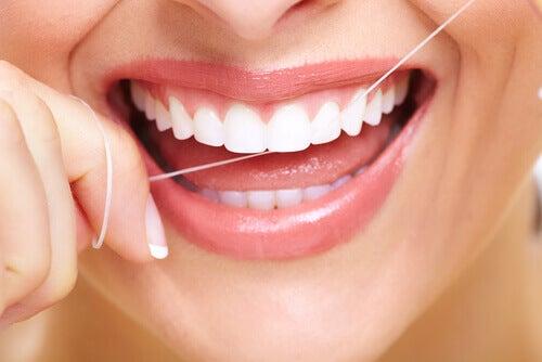 Kvinde der bruger tandtraed