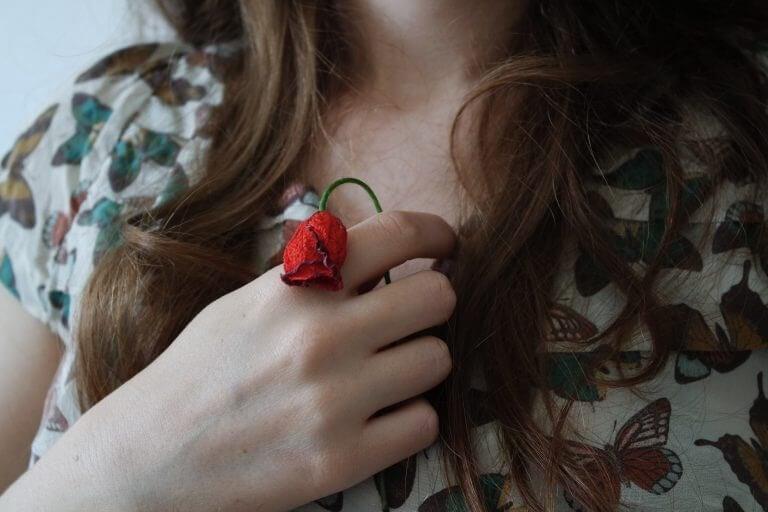 Kvinde med vissen blomst.