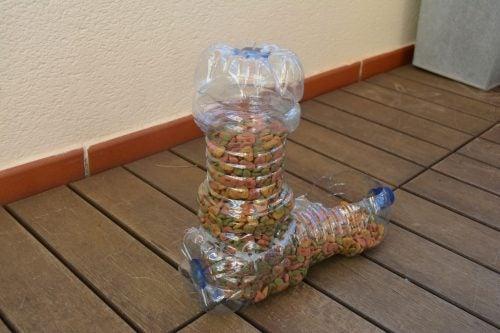 Lav foderautomat af flasker