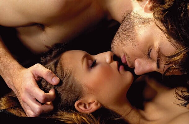 Par kysser hinanden