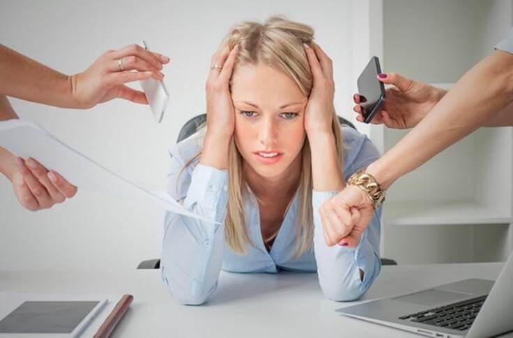 Kvinde med stress paa arbejdet