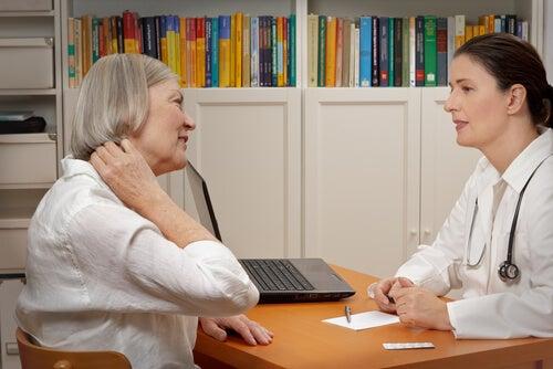 Aeldre kvinde der er hos laegen - vide om fibromyalgi