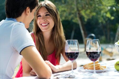 Par der har udendoers middag med vin - Laer at forfoere din partner