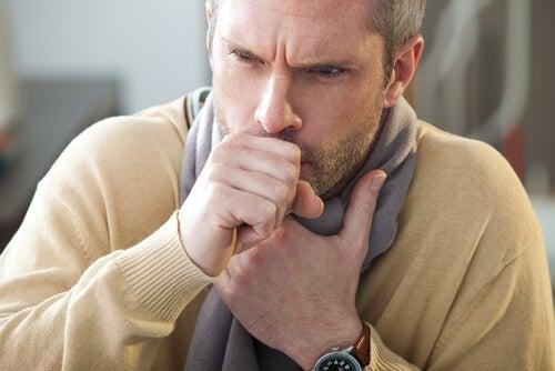 Mand oplever brystsmerter under hoste