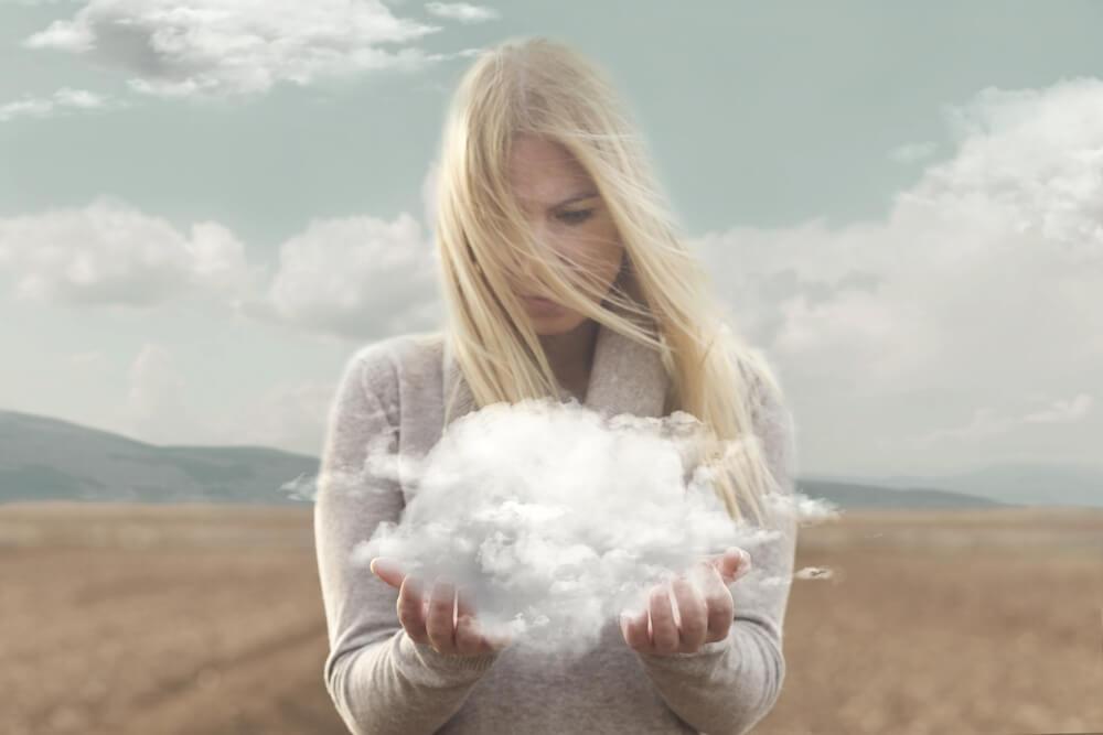 Kvinde med sky i hænderne