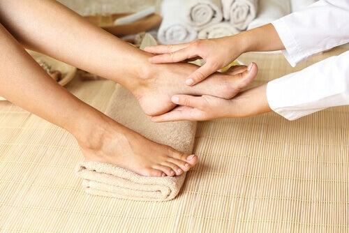 Person får fodmassage