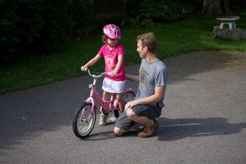 Lær børn at cykle