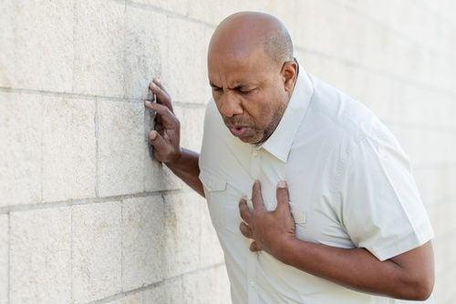 Mand lider af hjerteanfald.