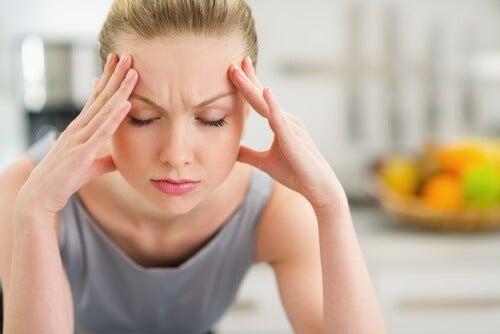 Kvinde tager sig selv til hoved på grund af hovedpine