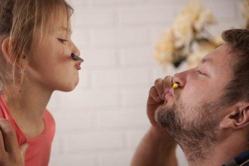 Far giver datter opmærksomhed