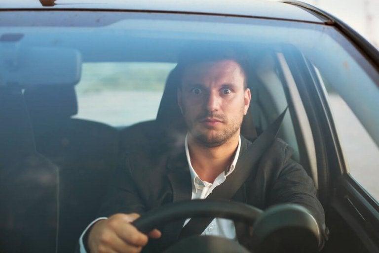 Mand der koerer bil