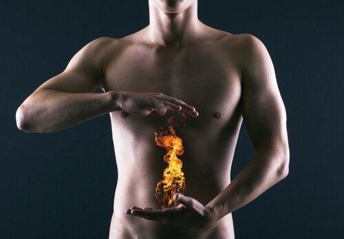 Man med ild mellem haenderne