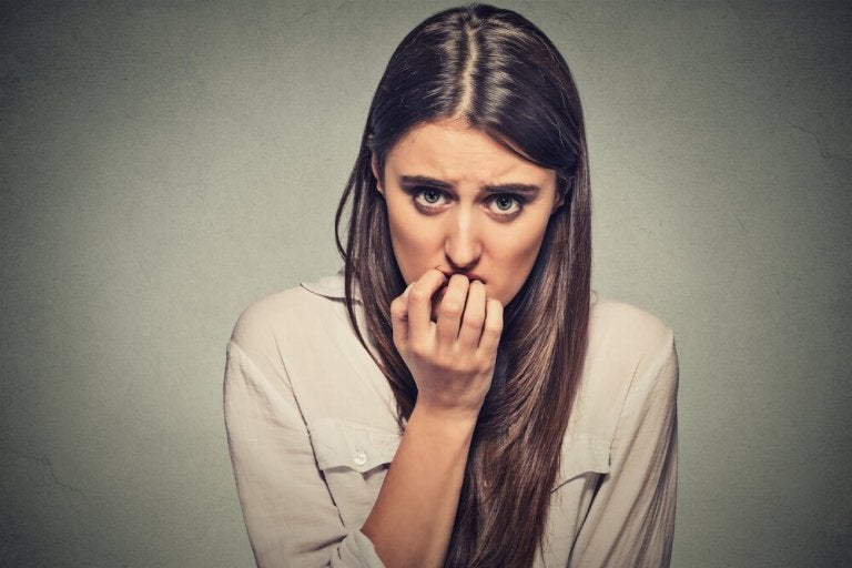 Kvinde der bider negle