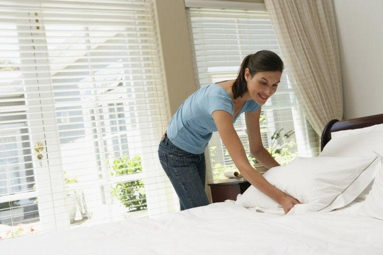 Kvinde der reder seng