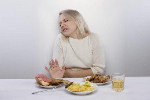Aeldre kvinde med luft i maven
