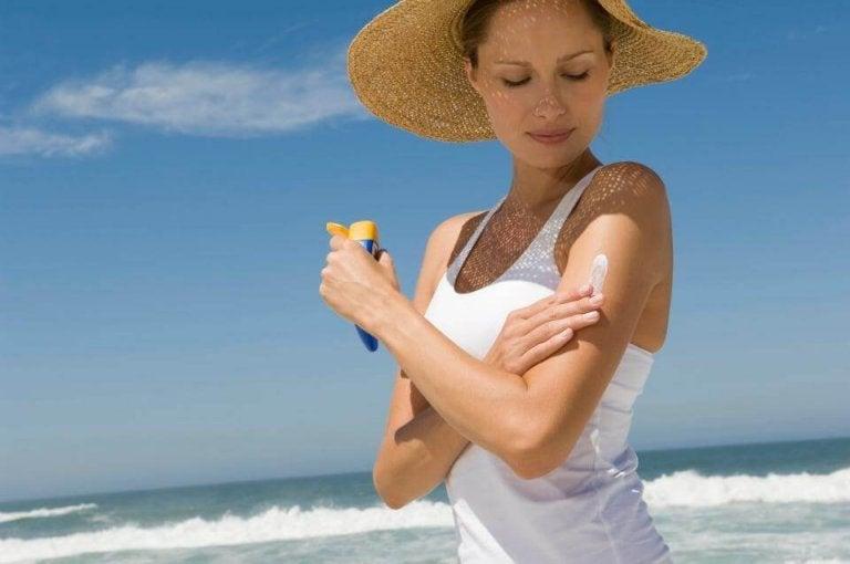 Kvinde der bruger solcreme