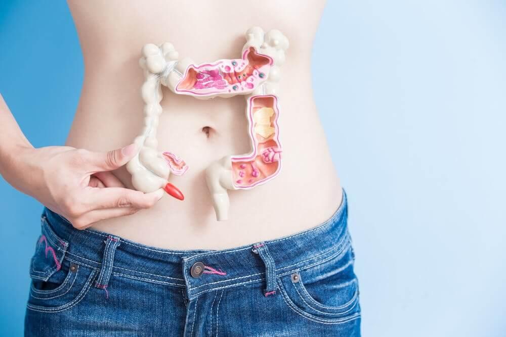 Person med plastiktarm foran maven