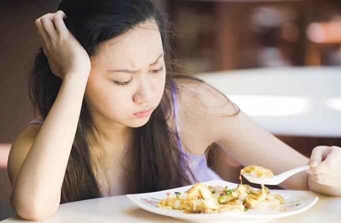 Kvinde der kigger paa sin mad