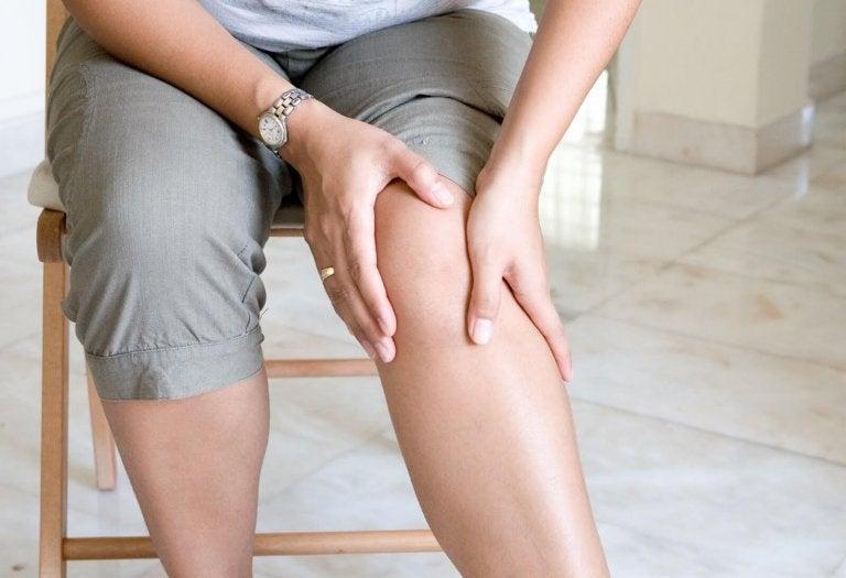 Person med smerter i knaeet